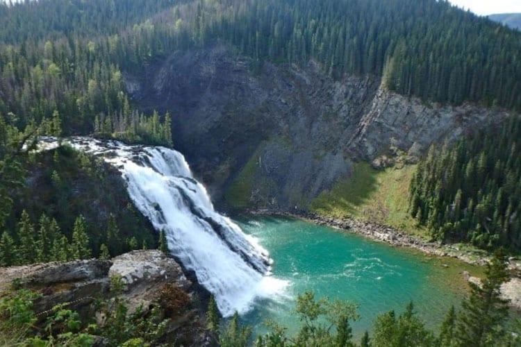 Les chutes Kinuseo Falls dans le parc Monkman près de Tumbler Ridge