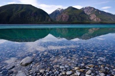 Le Muncho Lake près de Toad River, à l'extrême nord de la province